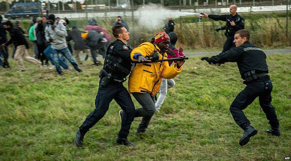 CalaisFrenchPoliceBattleMigrants