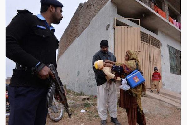 PakistanPolicemanGuardsPolioVaccination