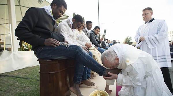 PopeWashFeetMigrants