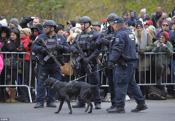 newyorkthanksgivingparadepolicecrowd2016
